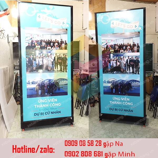 standee khung sat co gan banh xe
